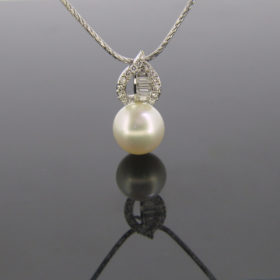 Pearl and Diamonds Pendant on Chain